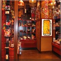 小物などを集めたファンシーショップ。宝物探しをするようなショッピングをお楽しみください。