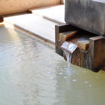 *日帰り温泉「岩岳の湯」/塩分のある褐色のお湯は良くあたたまります。