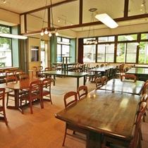 *食堂/夕朝のお食事はこちらにご用意致します。広さゆったり!