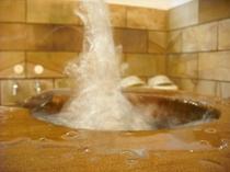 ■わっ!スゴイ…吹き上がる温泉♪地下の恵みは最強パワー全開!!