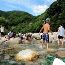 ホテル前を流れる清流♪阿知川で水遊び