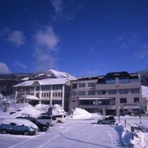 *【外観(冬)】青い空と白い雪!当館の裏はスキー場です。