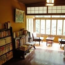 【小さな図書館】やさしい光の下で本を読むのは健康的ですね!