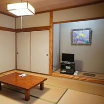 【和室8畳】道路側の眺望〜トイレ付