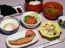 朝食(諏訪湖で獲れたわかさぎの佃煮や川えび付)