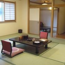 「15畳+4.5畳」のお部屋。川側でないお部屋、大家族・団体様向けのお部屋、という訳あり。