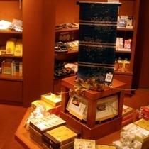 みやげ処「穂波」。(7:30-21:00) 直営店「栗助」の商品や、秩父銘仙。銭神グッズも多数あり。