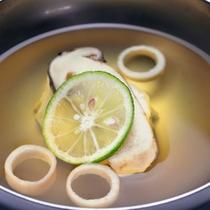 旅館のお吸い物ってお上品で美味しいですよね。今季は松茸と菊花真薯で秋の香りを。