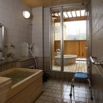 檜の内風呂と、陶器の露天風呂。シャワーもございますので、大浴場に行かずに済んでしまうかも。