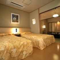お部屋一例。ベッドは2台。3名様以上にてご利用の場合、8畳のお部屋にお布団を敷くようになります。