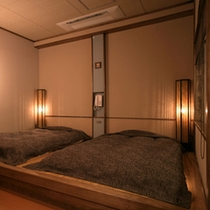 お部屋一例。一段高くなっているフローリングの上に、お布団が敷いてあります。3枚並べて敷くことも可能。