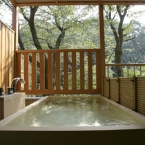 「檜風呂」一例。この他、「岩風呂」のお部屋もございます。どのお風呂になるかは、当日のお楽しみ。