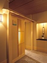 特別階「野の花亭」客室入口(一例)