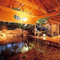 手足をゆっくり伸ばして・・風情ある岩造りの露天風呂(男性用)