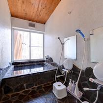 *小浴場/那須の自然石を使用した浴場。温かい湯船に浸かり癒しのひと時をお過ごし下さい。