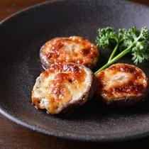 *お夕食一例(椎茸のチーズ焼き)/自然豊かな那須で育まれた大ぶりの椎茸。チーズをのせてこんがりと。
