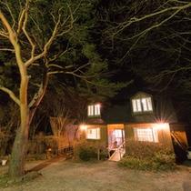 *那須の雄大な自然に囲まれた別荘地に佇む当館。オーナー夫人が造る焼きたてパンは◎