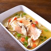 *お夕食一例(あんかけ鮭)/鮭を季節のお野菜ときのこと一緒にソテー。熱々のあんかけが旨味を綴じこめる。