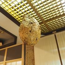 【施設】フロントそばの天井に蜂の巣の飾りがぁ~(-_-;)