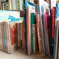 【施設】ロビーには絵本や書籍があります。お子様にぜひ読んであげてください(^^)