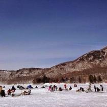 【観光】冬の風物詩氷上ワカサギ釣り