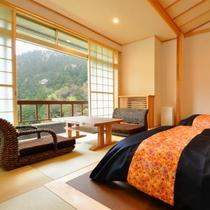 【5階和洋室】リビングとベッドの間が一続きになっています。