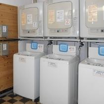 【コインランドリー】洗濯機3台とガス乾燥機3台を完備。
