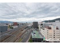 トレインビュー!一部客室からは長野駅から発着する北陸新幹線と在来線の行き交えが見えます。
