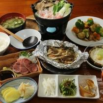 夕食全体(自家製野菜を使った、手作り料理が並びます)