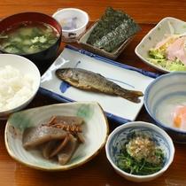 朝食全体(自家製野菜を使った、手作り料理が並びます)