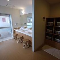 ☆男性大浴場脱衣所 清潔で明るい雰囲気の大浴場☆