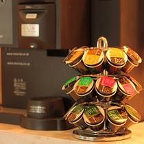 ≪ドリンクコーナー≫本格的なコーヒーメーカーで、 色々な種類のコーヒーを味わえるコーナー。(有料)