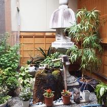 <中庭の様子>落ち着いた雰囲気の館内