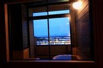 客室のお風呂からの夜景
