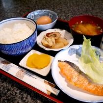 【朝食/和定食一例】焼魚・ごはん・味噌汁・小鉢・漬物等、THE日本の朝食をご用意!