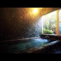 【開放感にあふれ自然を満喫できる貸切風呂】