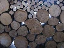 25. 薪もこの通りたっぷりです。一年中石窯に火を入れるため、あちらこちらに薪が積み上げられています。