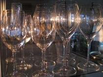 16. 季節のディナーには数十種類のワインの中からお好みをお選びします