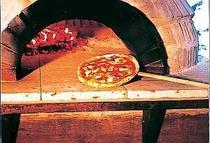 3. 石窯で焼く熱々のピッツァをテーブルへ
