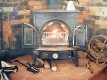 1. ストーブで爆ぜる薪の音と薫りが癒してくれます