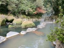 秋の風情を肌で感じながら・・・渓谷沿い露天風呂