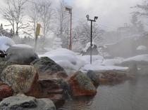 【露天・冬】雪を眺めながらの湯浴みが楽しめます。