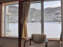 【本館和室・冬】窓の外には雪景色が広がります。