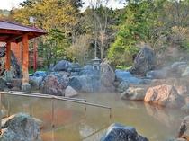 【男湯・露天】広々とした庭園露天風呂。
