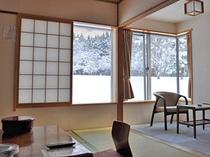 【本館和室・冬】庭園を見ながらゆっくりくつろげるお部屋です。