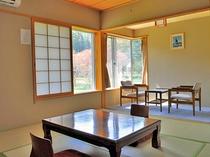 【本館和室・8畳】庭園を見ながらゆっくりくつろげるお部屋です。