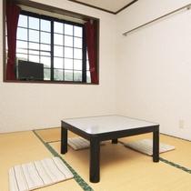 202号室 和室6畳のお部屋の様子