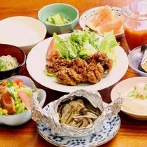 夕食全体 一例。心温まる手作り家庭料理が並びます。