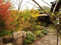 秋の紅葉に染まる草円の玄関