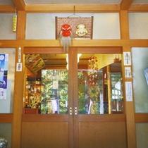 *尾瀬の玄関口、群馬県沼田市に佇む民宿。玄関では天狗様と大黒様とほんのり薫る檜の香りもお出迎え。